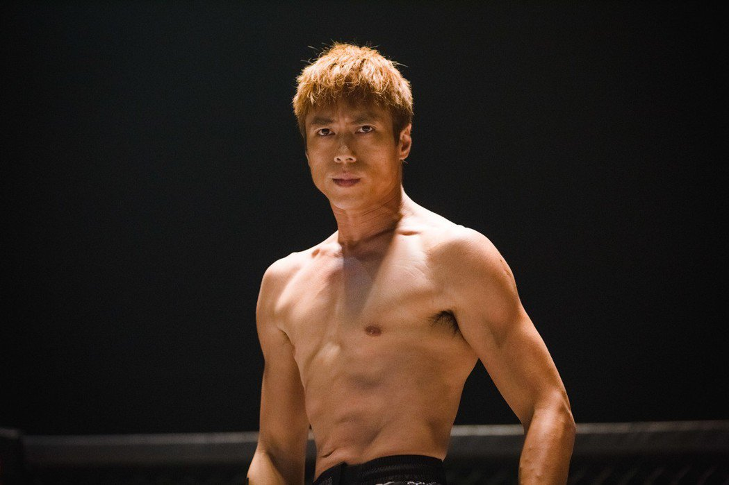 莊凱勛展露苦練多時的好身材。圖/福斯提供