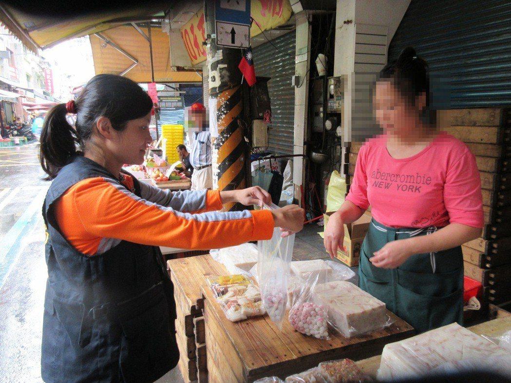 新北市衛生局日前到傳統公有市場抽驗冬至應景食材。圖/新北市衛生局提供