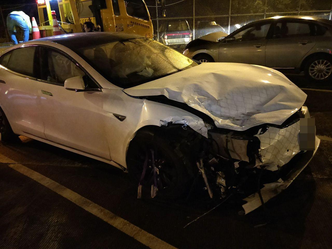 林姓男子疑下班後疲累,開特斯拉轎車返家,上高速公路後就啟動設定自動駕駛功能,卻在...