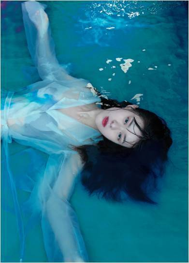 邱偲琹首度挑戰水中拍攝。圖/周子娛樂提供