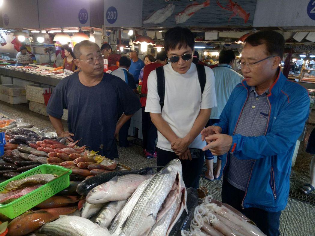 全羅道ZOMAZOMA韓國明星棒球隊員走訪屏東在地魚市場。圖/縣府提供