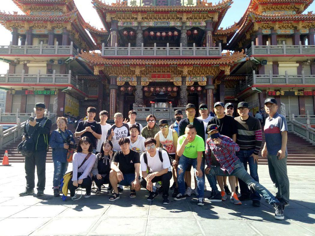 全羅道ZOMAZOMA韓國明星棒球隊員前往車城福安宮拜拜。圖/縣府提供
