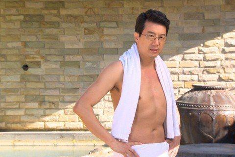 民視「大時代」12日播出精彩「男男浴」劇情,原來是Gino飾演的江文杰突然出現,大家想查一下他到底是不是之前的「賀良才」,因為原本他腳上有受傷的疤痕,可以證明一切,所以孫如觀(吳皓昇飾)約Gino飾...
