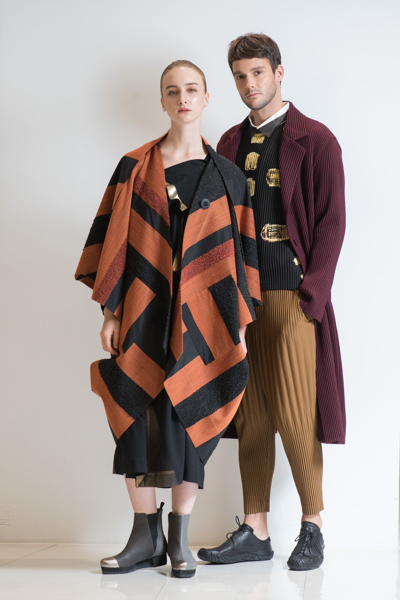 (女裝)毛圈圓弧大衣48,300元、仿毛經典單肩洋裝35,800元;(男裝)紫色...