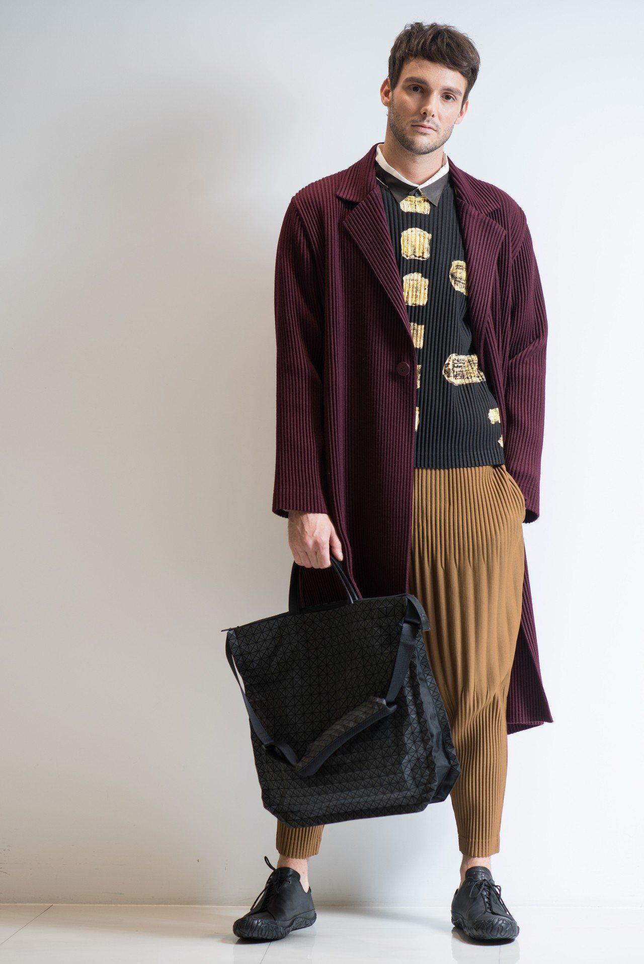 紫色仿毛長版大衣37,800元、圖騰文化圓領上衣15,300元、卡其綠印花襯衫1...