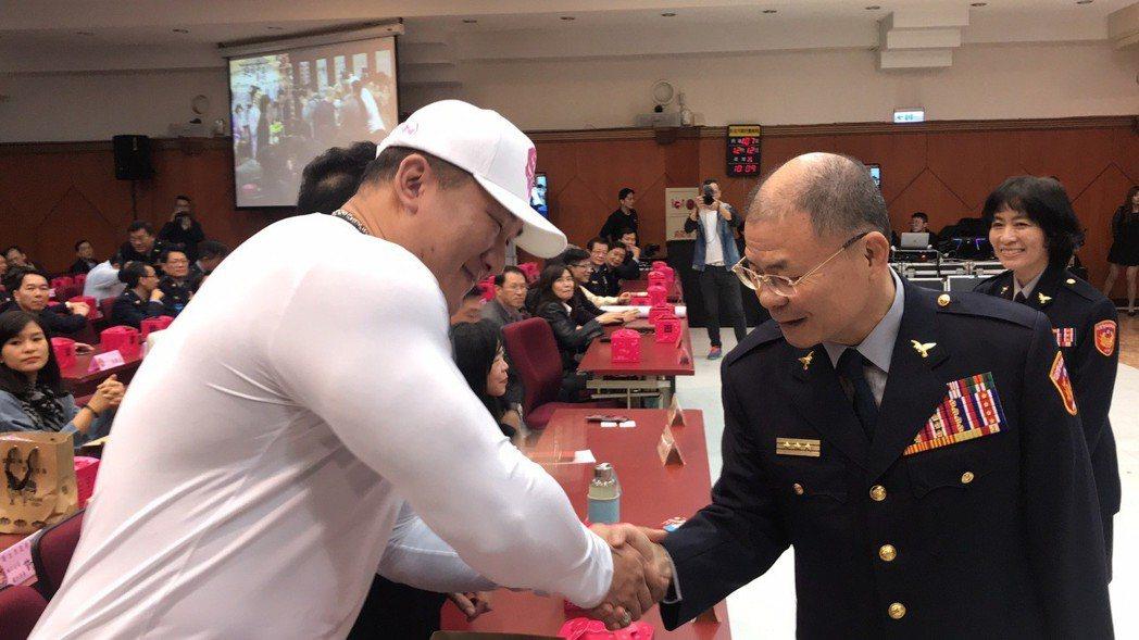 館長陳之漢與警察局長胡木源PK前先握手。記者袁志豪/攝影