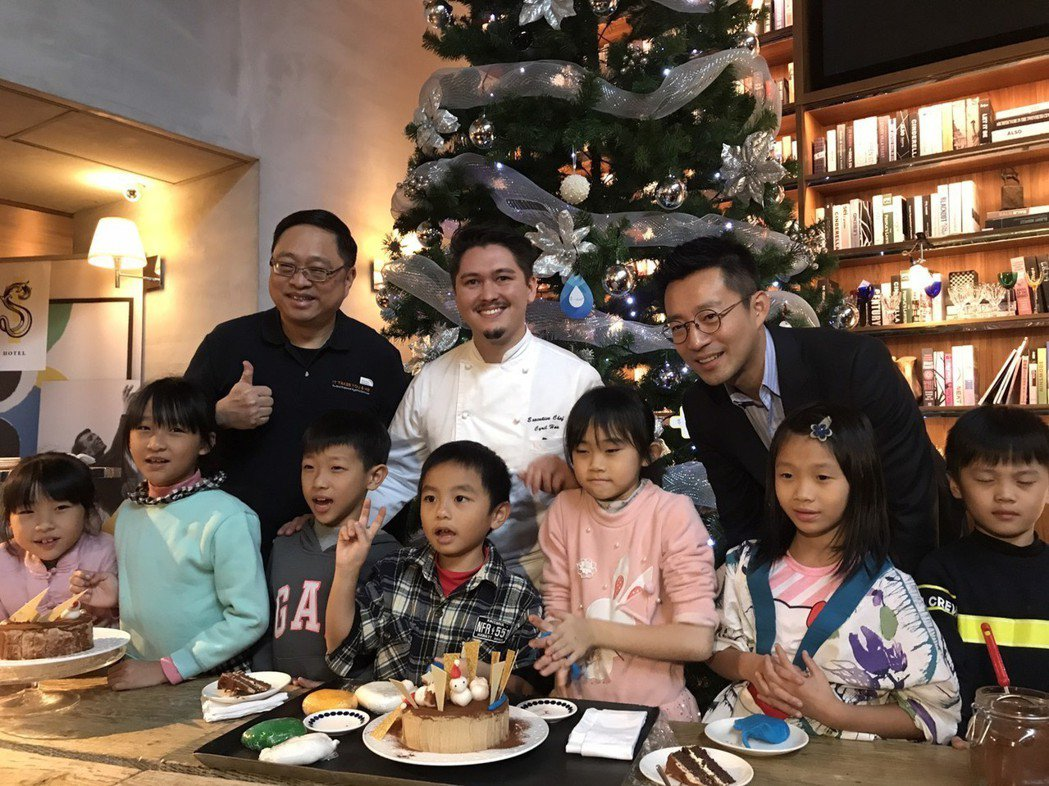 汪小菲(右一)在自己的S HOTEL裡跟小朋友一起做蛋糕。記者葉君遠/攝影