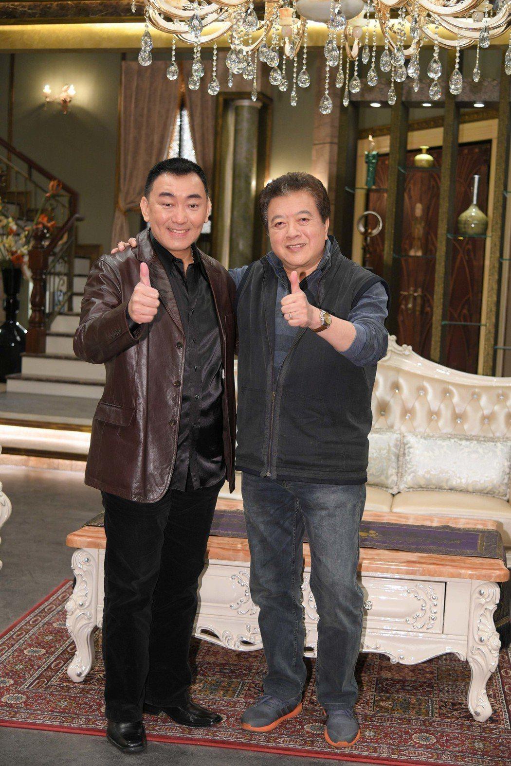 徐亨(左)與林在培演出三立台八「炮仔聲」 。圖/三立提供