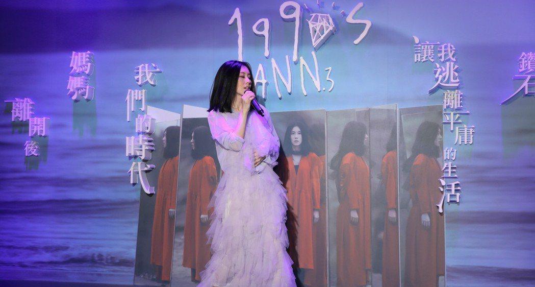 白安現場演唱新歌。圖/相信音樂提供