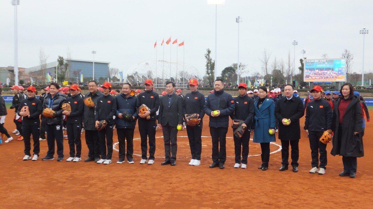 中華壘球協會祕書長張家興(左6)出席海峽盃女壘賽。記者藍宗標/攝影