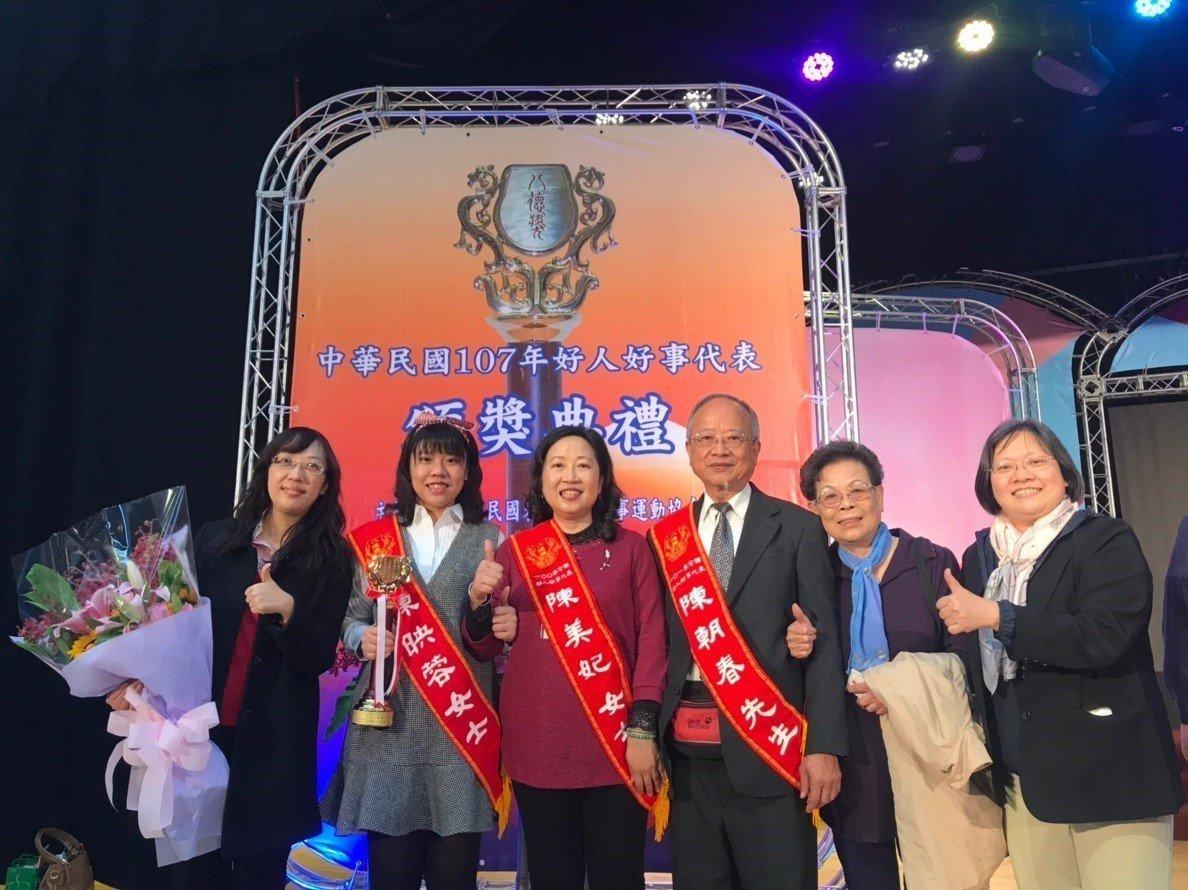 玄奘大學社會工作學系3年級學生陳映蓉(左二)是本次最年輕的得獎者。圖/玄奘大學提...