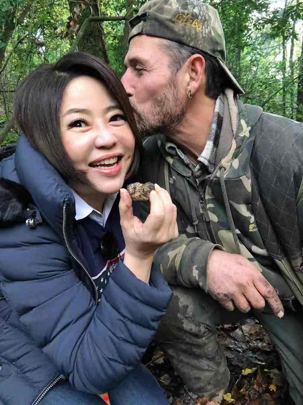 于美人(左)被松露獵人親臉頰。圖/衛視提供