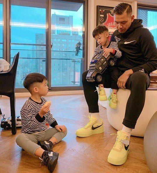 黑人分享潮牌親子鞋穿搭,卻獨漏媽媽范瑋琪的鞋子。圖/摘自IG