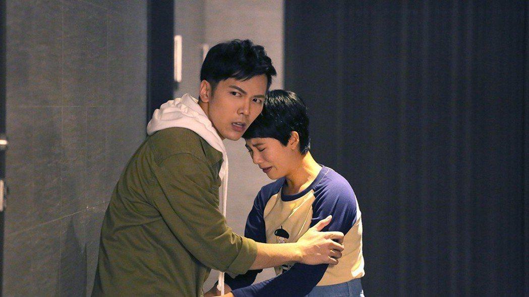溫哲軒(左)安撫家中遭小偷的王上菲。圖/TVBS提供