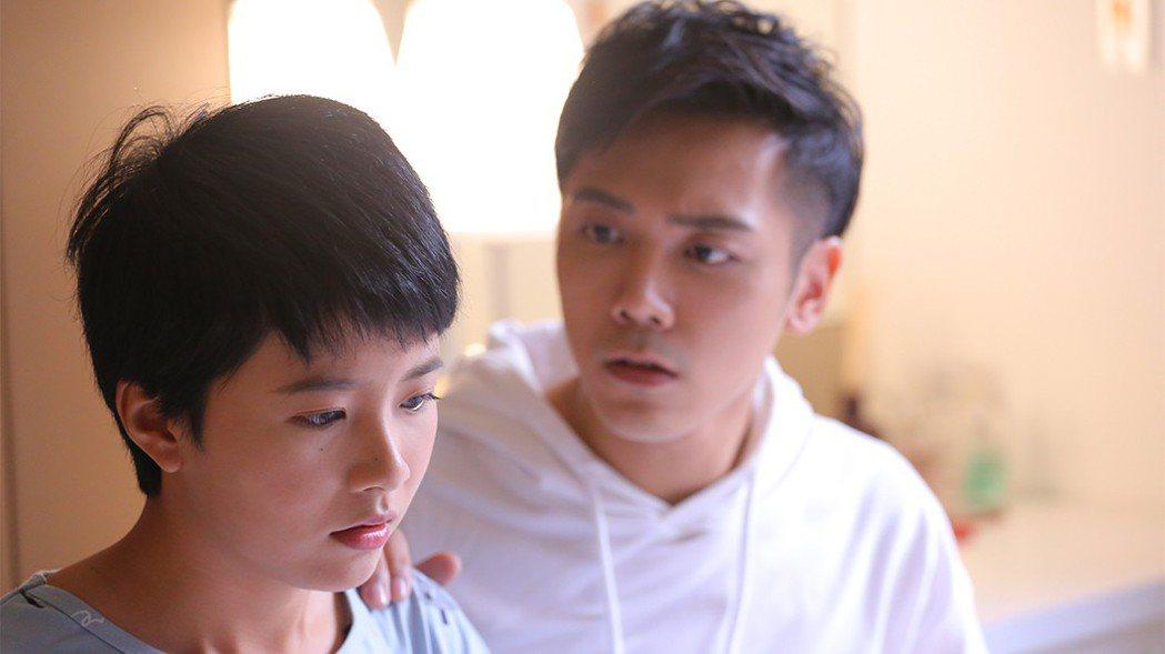 溫哲軒(右)想陪王上菲睡覺。圖/TVBS提供