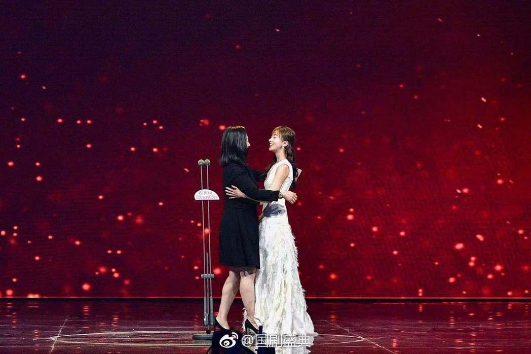 娟子(左)與吳謹言台上相擁。圖/摘自微博