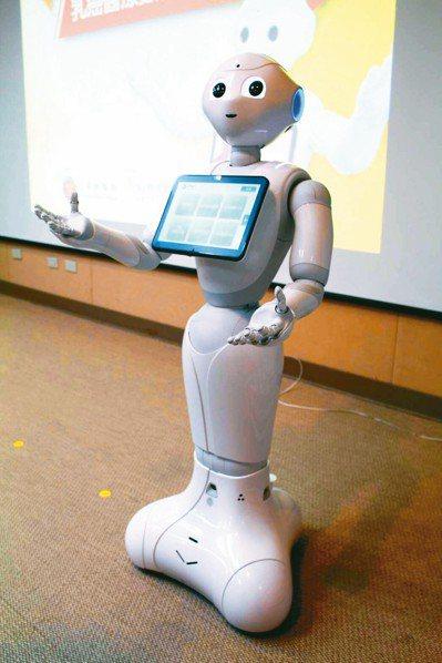 衛教機器人可傳遞衛教知識、復健示範與陪同,及告知醫療新知。 記者陳婕翎/攝影