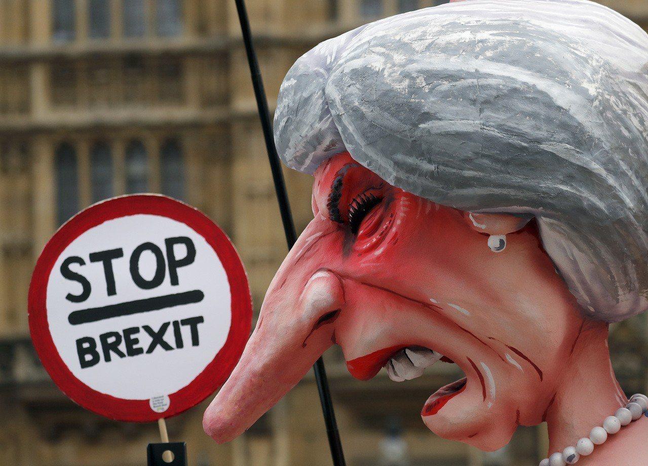 以英國首相梅伊為造型的雕像十二日豎立在英國國會前,抗議者要求停止脫歐。(美聯社)