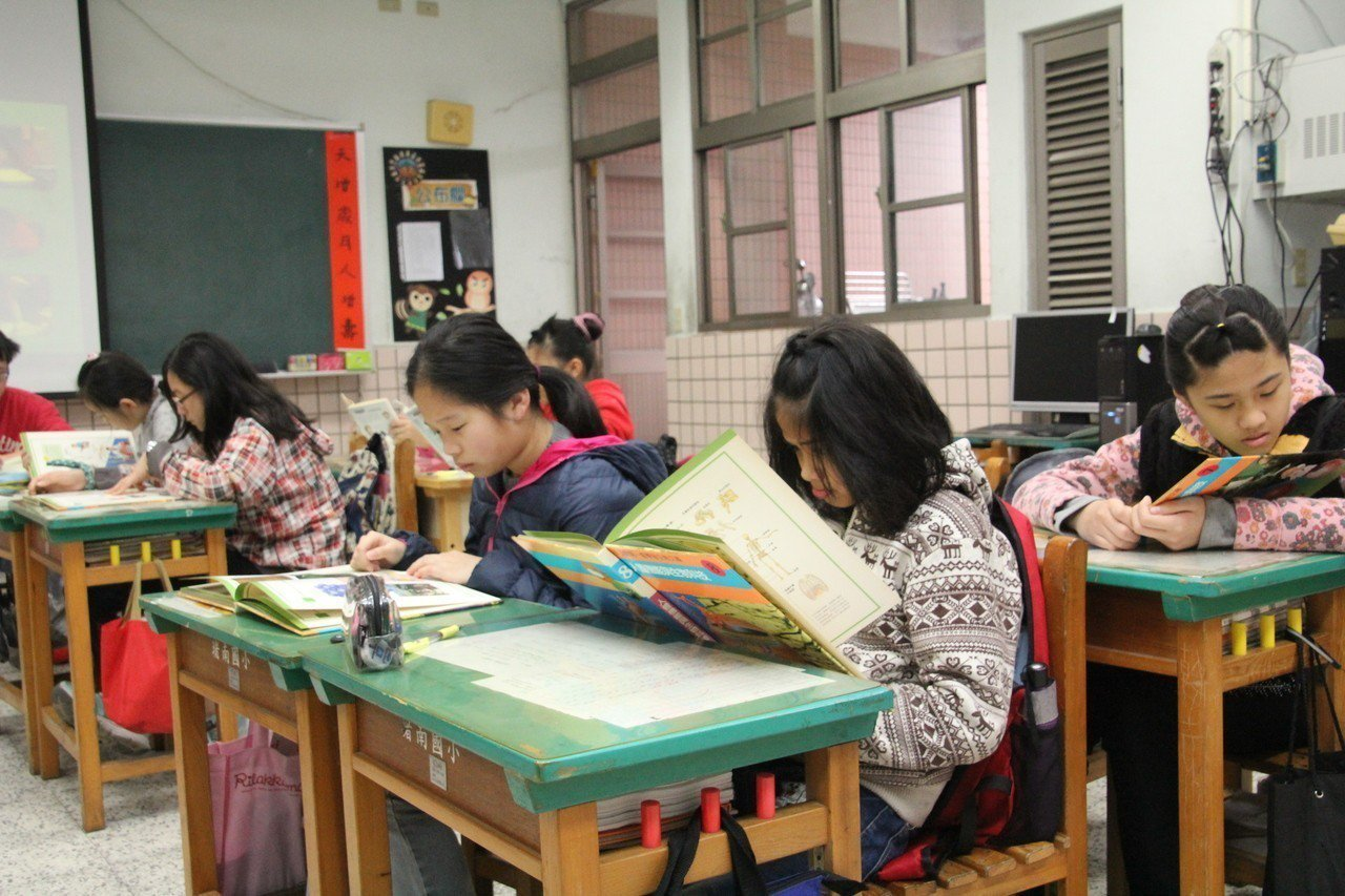 全台有一百廿二所國中小投入「身教式持續安靜閱讀」計畫,圖為基隆市堵南國小每天全校...