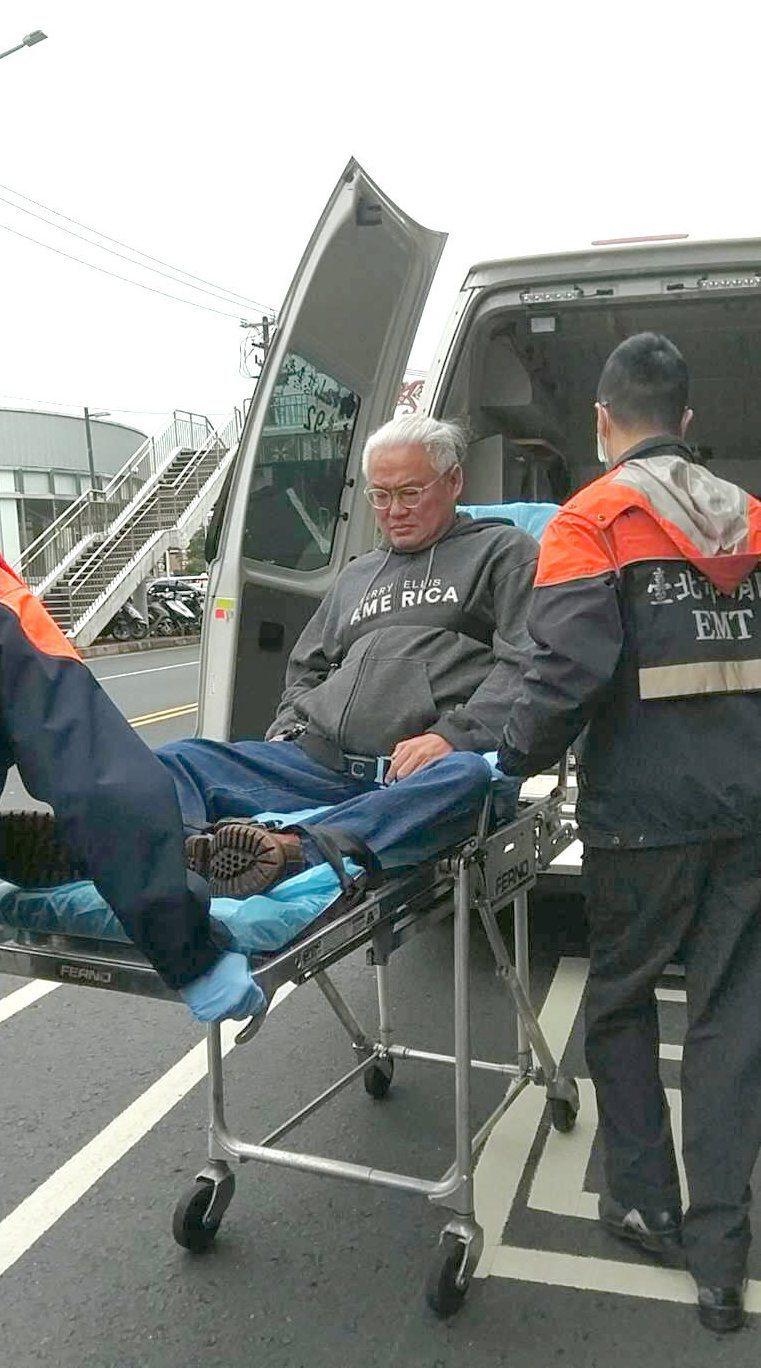 范可欽受傷後搭上救護車送到內湖三總。圖/讀者提供
