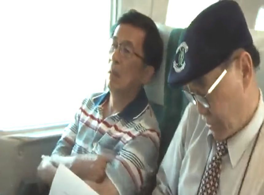 陳水扁在鏡頭掃過的一剎那,突然將雙手放下,右手大拇指開始抖動。圖/取自聯合新聞網...