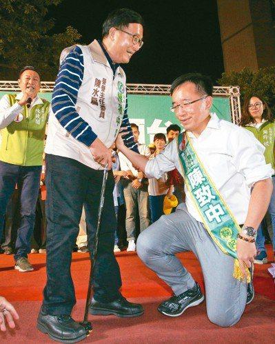 陳水扁以預錄影片「致詞不演講」,在距舞台的最後一個台階上為陳致中披上彩帶。圖/聯...