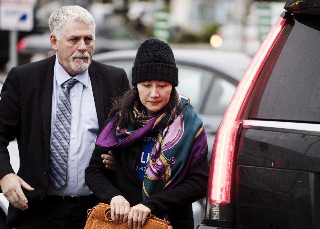 在加拿大被拘留的孟晚舟(右),十二日與保全人員抵達假釋辦公室。(美聯社)
