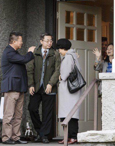 孟晚舟(右)交保後,十二日在加拿大溫哥住處向探視的友人揮手道別。(美聯社)