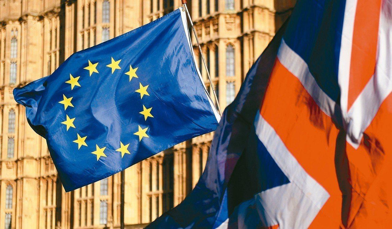 英國首相梅伊挺過黨內不信任案,可留在唐寧街10號,但英國脫歐過程一波三折,圖為歐...