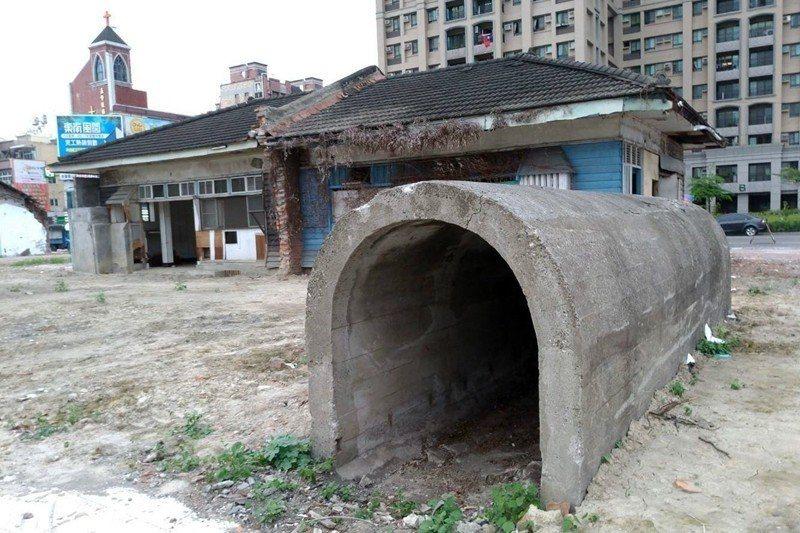 得勝新村仍保有三座倒U型防空壕。 圖/葉慶元提供