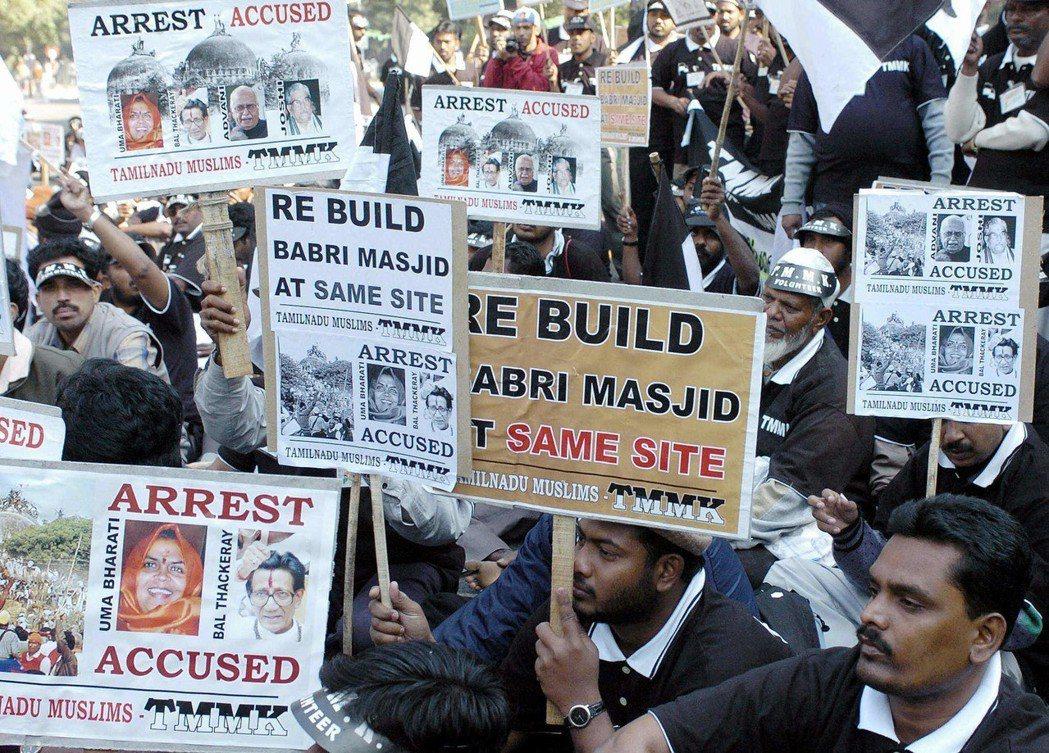阿約提亞的穆斯林社群也希望能夠在原地重建巴布里清真寺。2010年時法院曾判決讓阿...