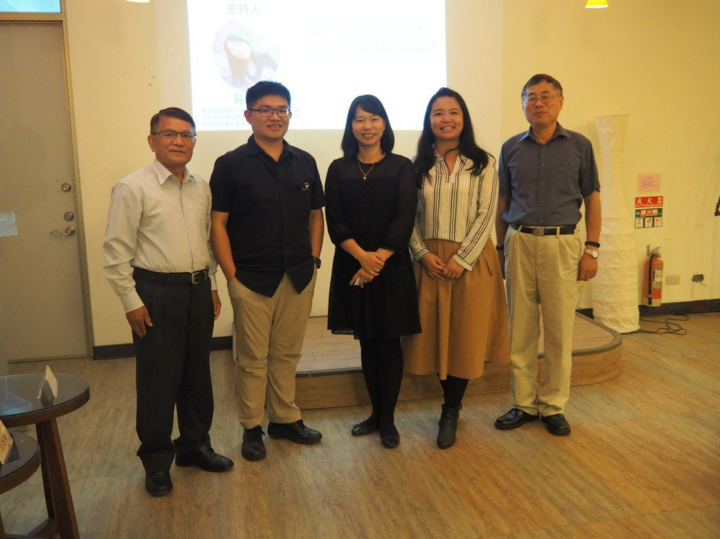 NPO學程舉辦論文發表,107年度畢業生尤哈尼・伊斯卡卡夫特(左起)、李光耀、指...