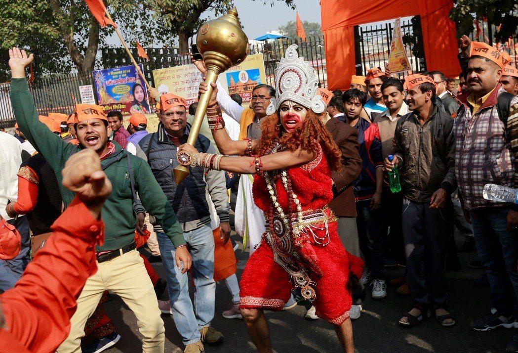 2018年12月9日,圖為扮成猴神哈努曼(Hanuman)的印度教抗議者。哈努曼...
