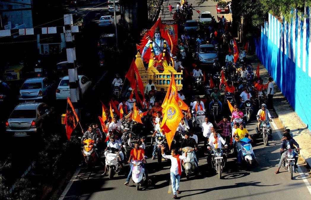 2018年印度教徒的「戰車遊行」之一,圖中央為羅摩神像。 圖/歐新社