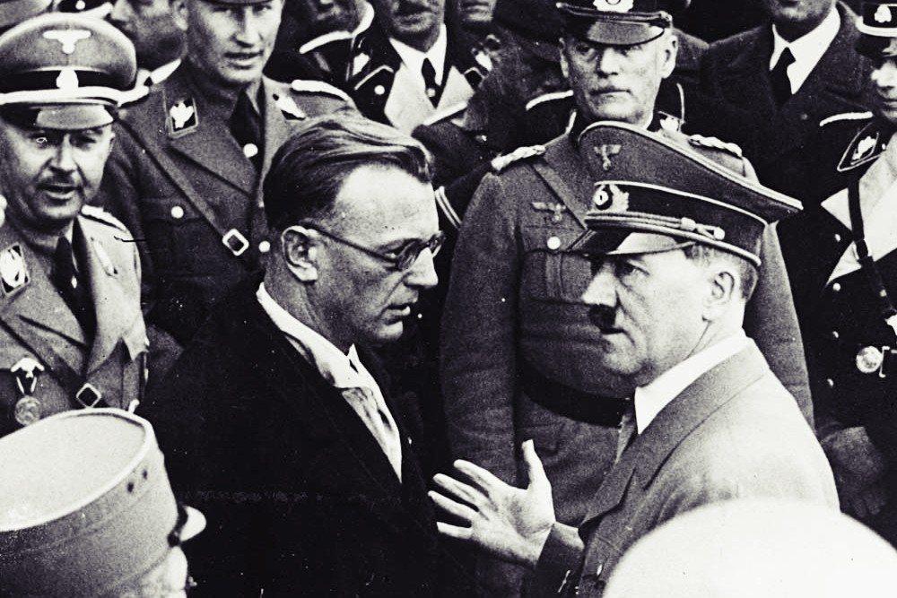 奧地利納粹的首腦,賽斯–英夸特(黑西裝者),在德奧合併前夕,曾盡一切努力要阻止希...