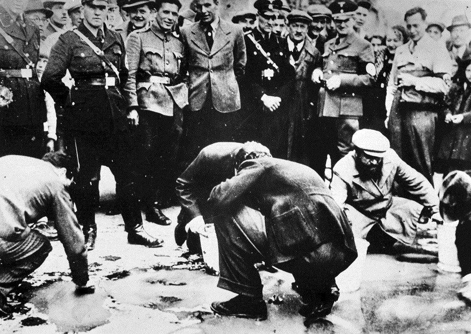 納粹入主奧地利後,各種階級與奴役的暴政也就明目張膽地展開。圖為1938年3月13...