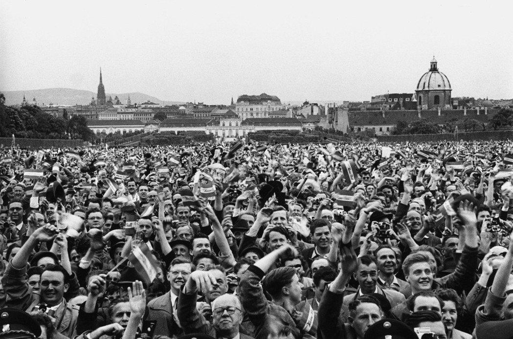 在這樣忘卻歷史、全面洗白、和解共生的政治風向下,奧地利才從立國30年來、將國家一...