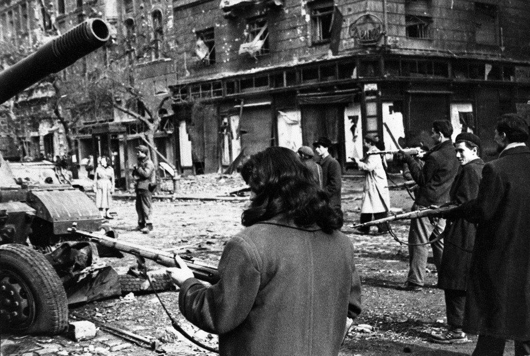 1956年10月,匈牙利爆發革命(圖),蘇聯軍隊大舉開進鎮壓,出現大批流亡潮。在...