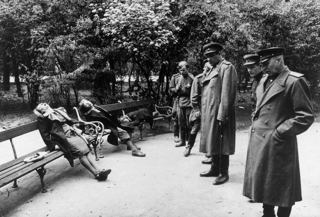 1945年4月,蘇聯紅軍透過「維也納攻勢」攻陷了奧地利。許多畏罪、或不願被紅軍生...
