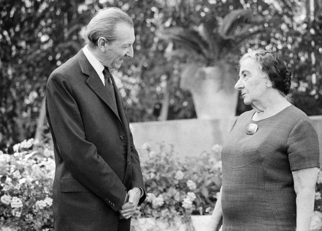 圖為1974年,擔任聯合國秘術長的華德漢,前往以色列的耶路撒冷,拜訪甫退休的前以...