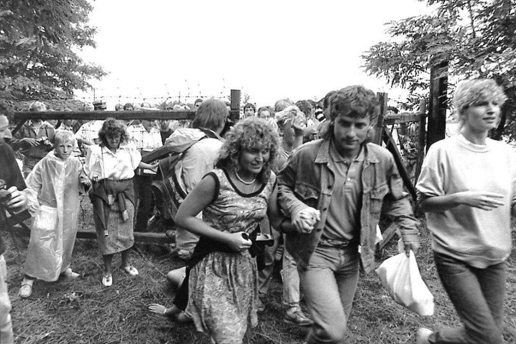 1989年,甫經歷政治變革、宣布放棄社會主義的匈牙利,先是開放了對奧地利的邊界管...