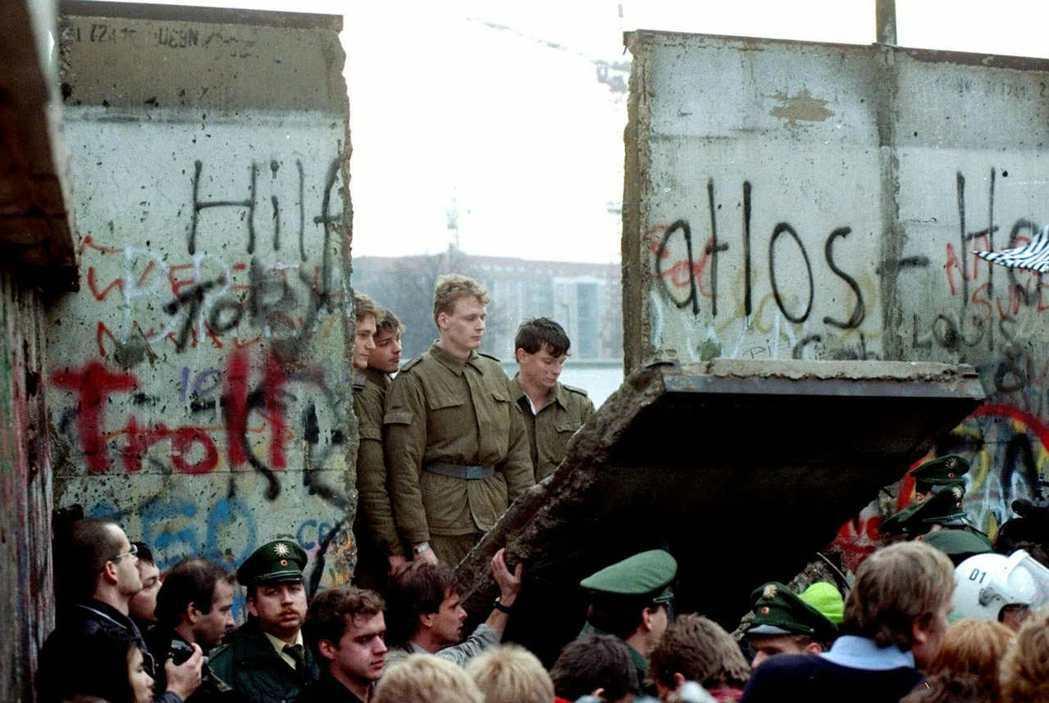 在匈牙利-奧地利邊界開放後,眼見國境管制已失去意義,搖搖欲墜的東德政府於是宣布「...