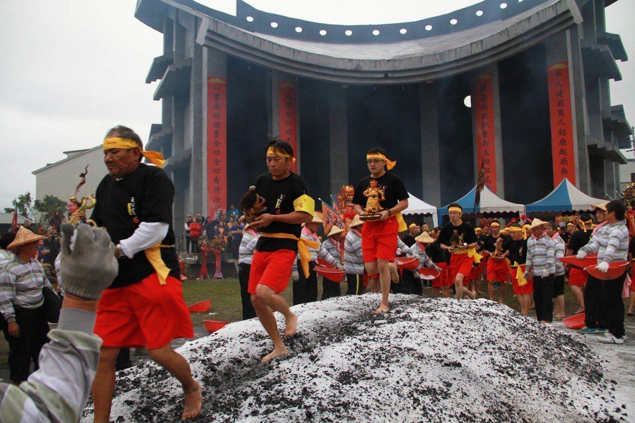 宜蘭縣二結王公廟過火儀式,信徒赤腳飛奔過 1 萬2千斤的炭火堆。本報資料照片 記...
