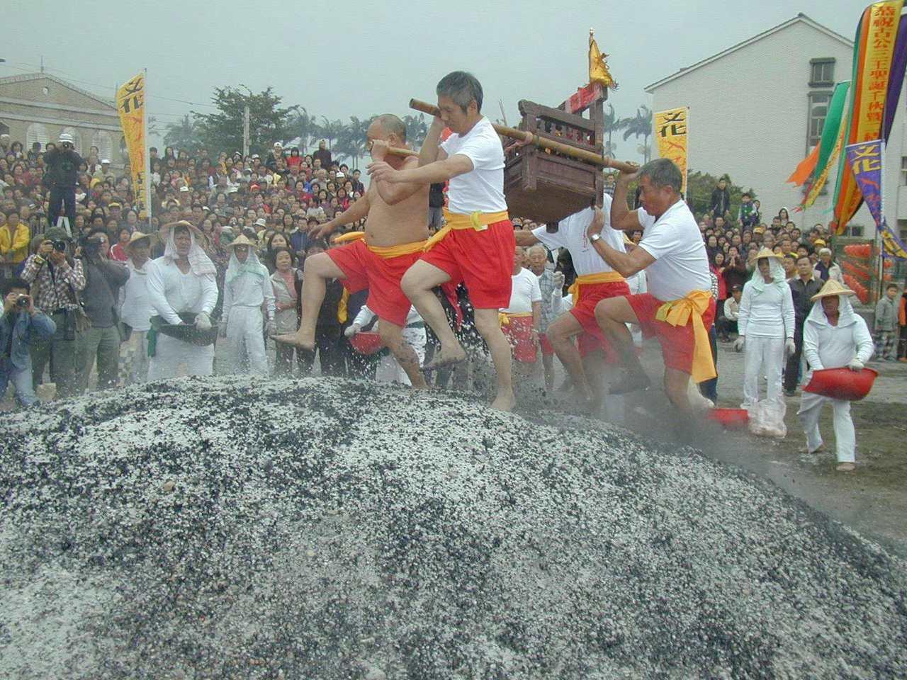 宜蘭縣二結王公廟過火儀式,信徒扛神轎,踏過火熱的炭堆,吸引圍觀人潮。本報資料照片...
