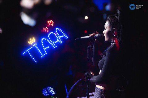 大陸歌手袁婭維在「中國好聲音」、「我是歌手」節目中闖出知名度,先前到台灣宣傳新專輯也廣受討論,12日適逢她的33歲生日,特地舉辦生日音樂會,過程還幾度太忘我,突然衝到後台把隱形胸罩脫掉,受訪時自爆:...