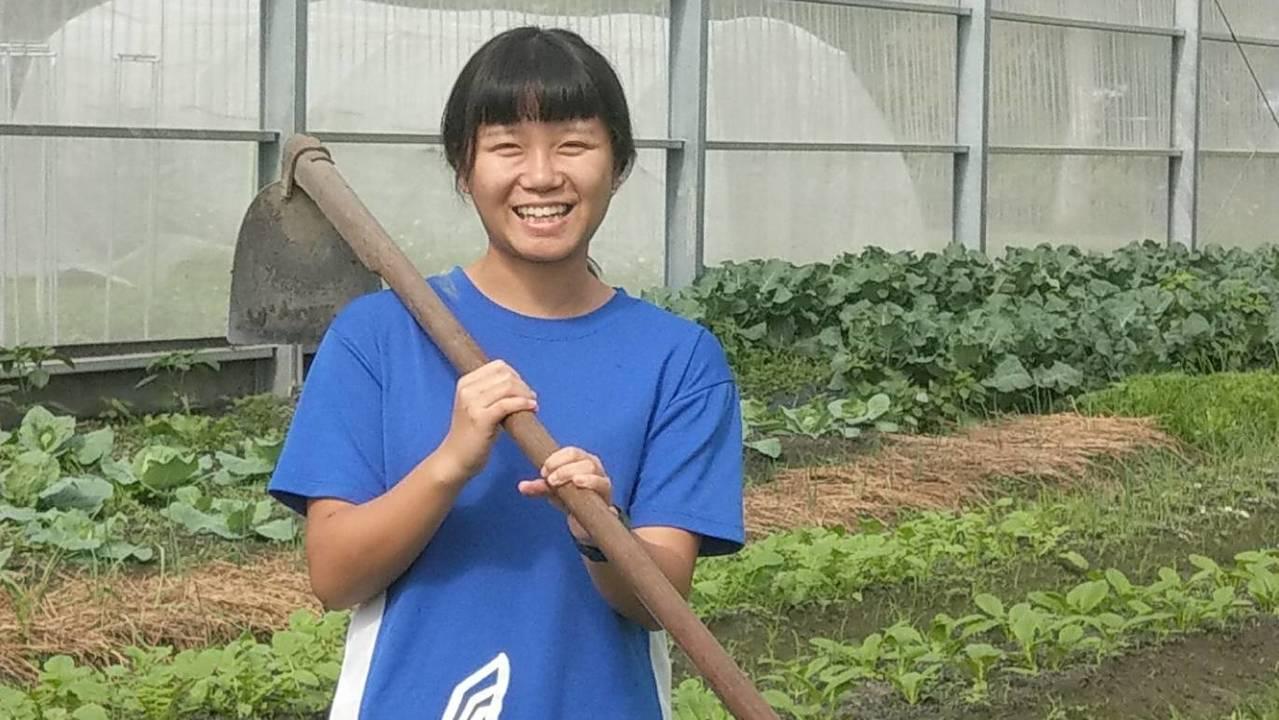 花蓮高農張惠寗剛入學時連鋤頭都拿不穩,現在作畦又快又好。記者王燕華/攝影