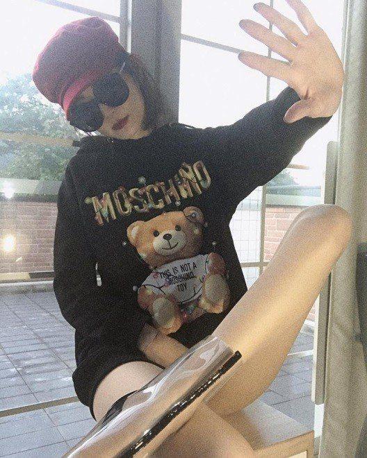 謝金燕運用Teddy Holiday系列長袖連帽衣搭配透明高跟鞋,大秀美腿。圖/...