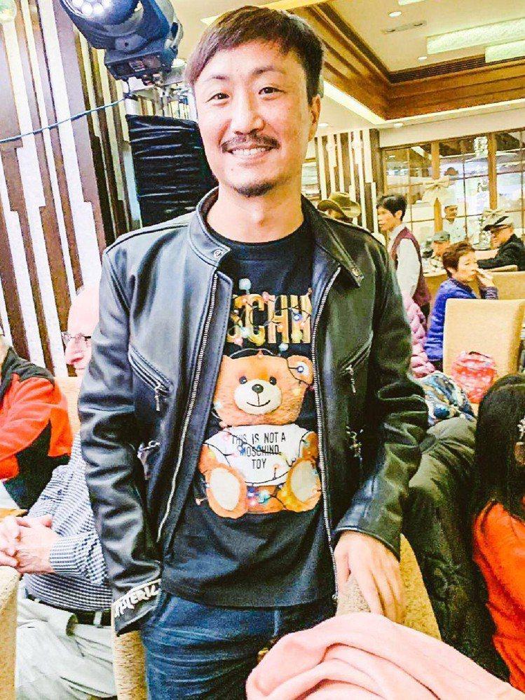 鄭中基以Teddy Holiday系列短版T恤混搭皮夾克。圖/Moschino提...