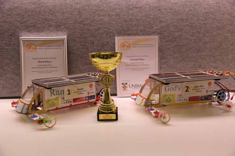 基隆市二信高中今年第三度代表台灣隊遠征澳洲,參加太陽能模型車世界大賽,抱回第二名及第三名。圖/二信高中提供
