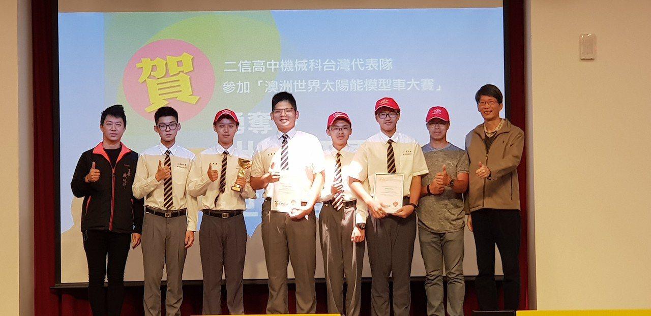 基隆市二信高中今年第三度代表台灣隊遠征澳洲,參加太陽能模型車世界大賽,抱回第二名...